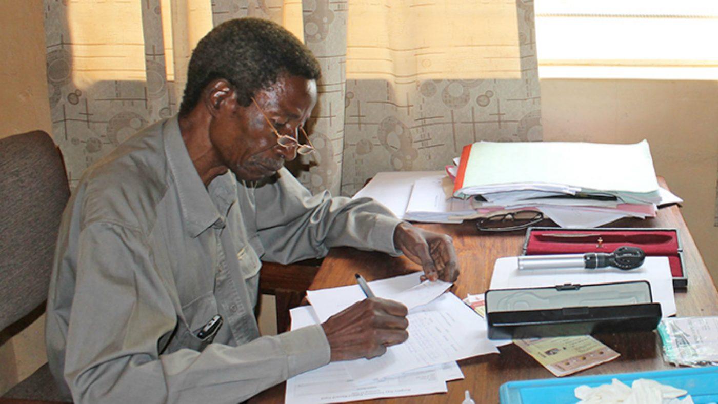 Gråstarr- och TT-kirurgen Limwanya.