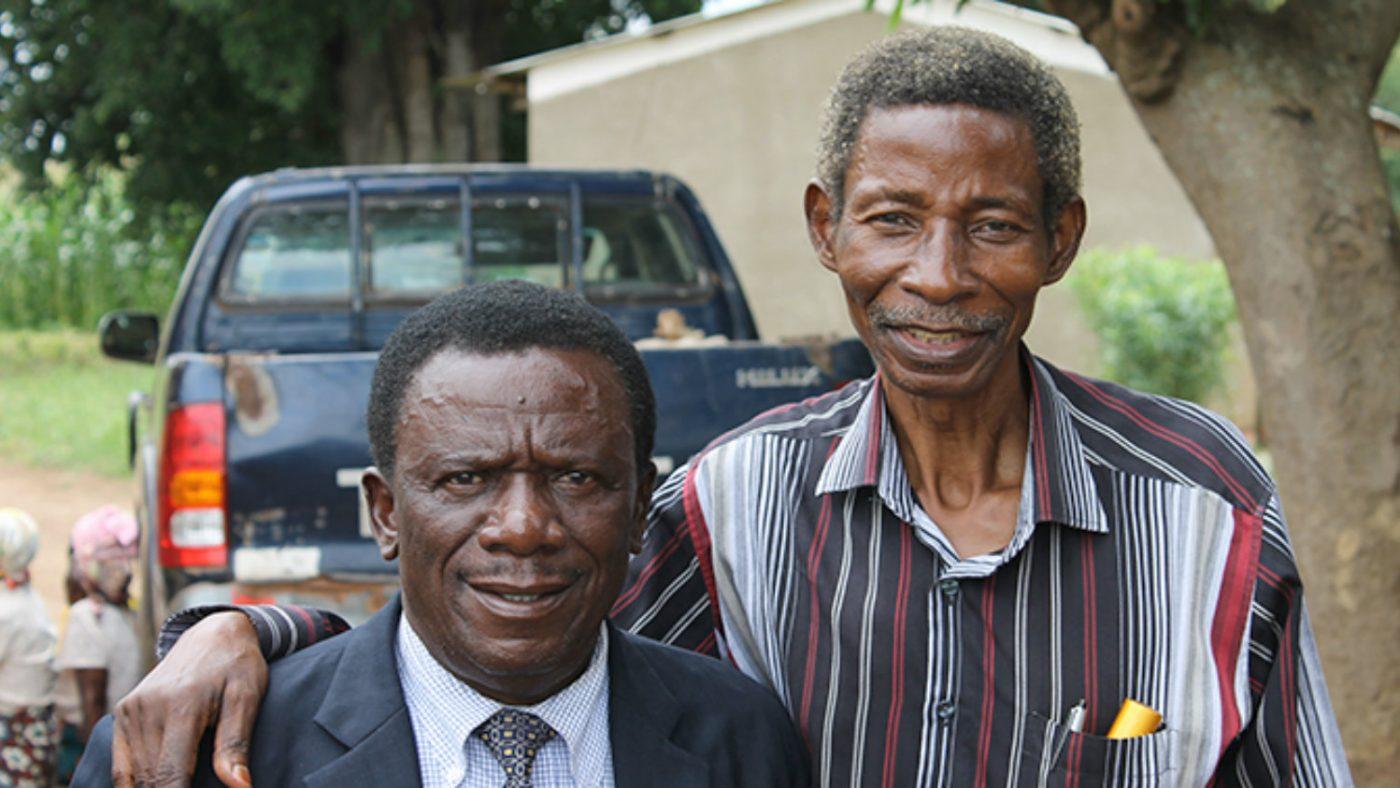 Frakson tillsammans med gråstarr- och trakom/trichiasis-kirurgen Limwanya.