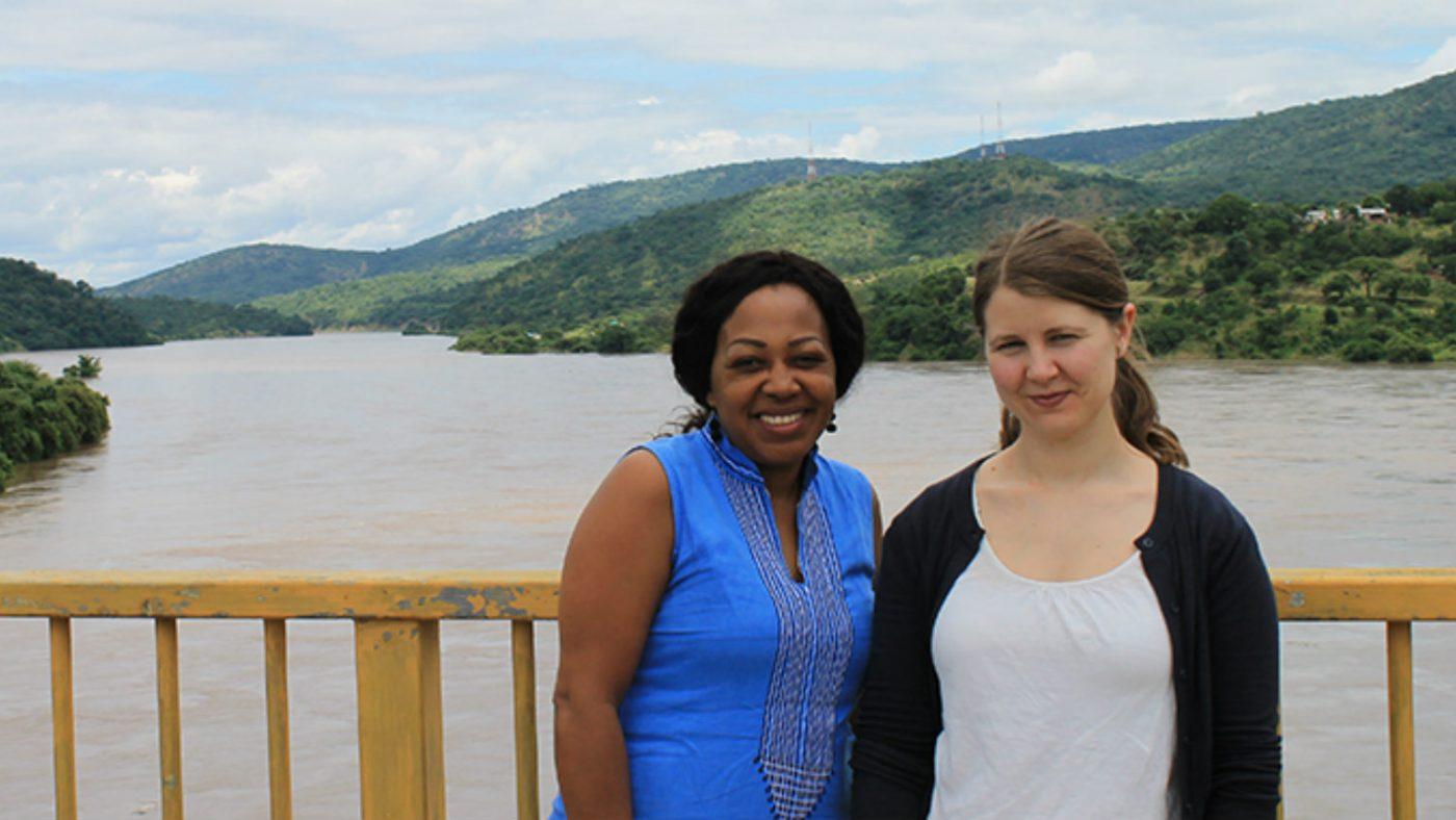 Glenda och Moa vid Lwangwa-floden. Vattenståndet i floden var så högt efter regnperioden att byborna som bor längs flodbankarna tvingades att lämna sina hem då vattnet trängde in i husen.