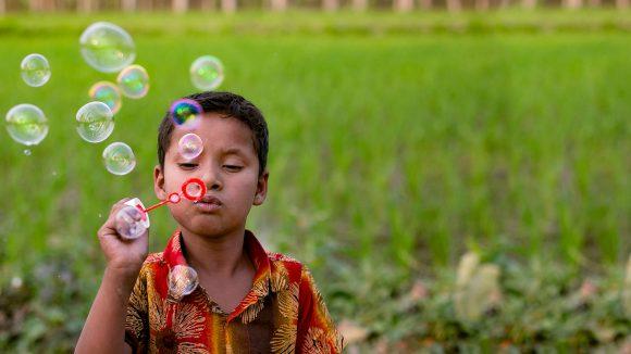 Arafat blåser bubblor på ett fält i närheten av där han bor.