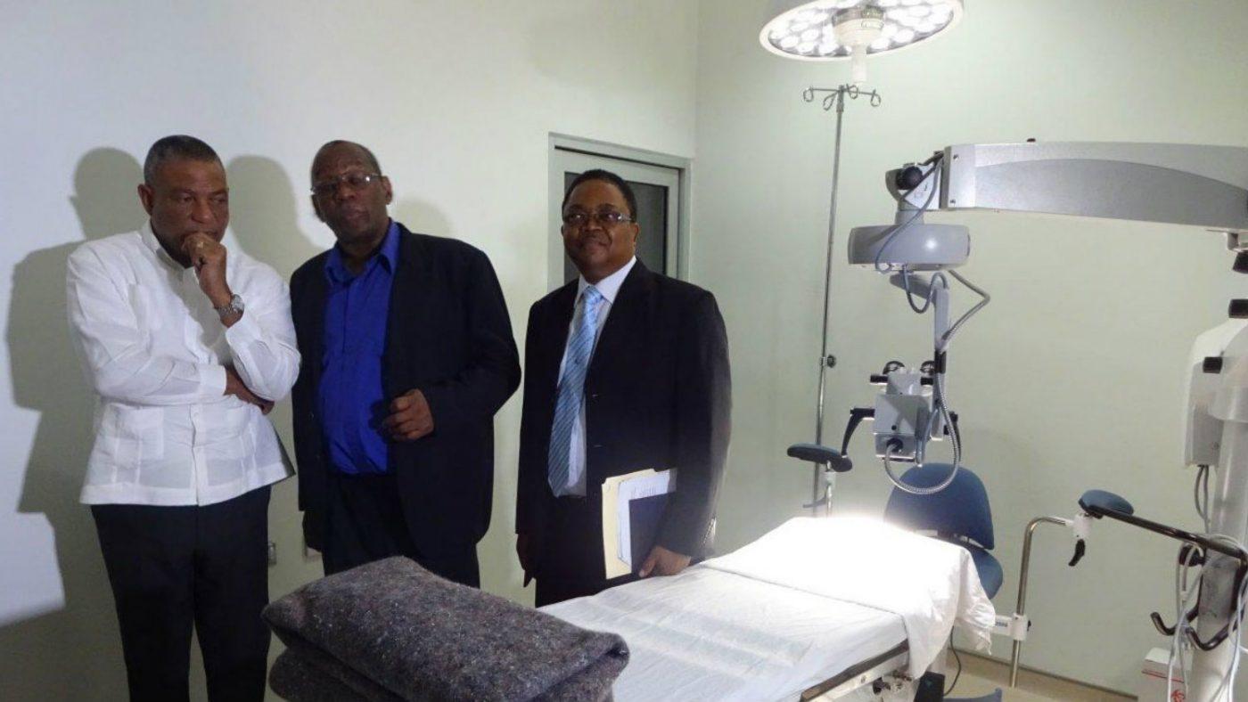 Jamaicas hälsominister, Hon. Horace Dalley (vänster); verkställande direktör för Caribbean Council for the Blind, Arvel Grant (mitten); verkställande direktör för Mandeville Regional Hospital, Alwyn Miller (höger).