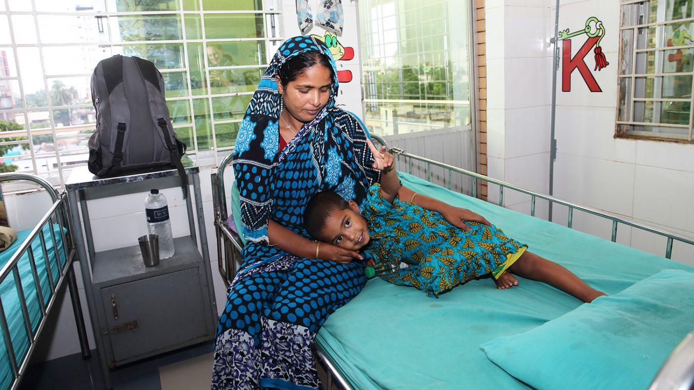 Aklima vilar sitt huvud på sin mammas knä på sjukhuset.