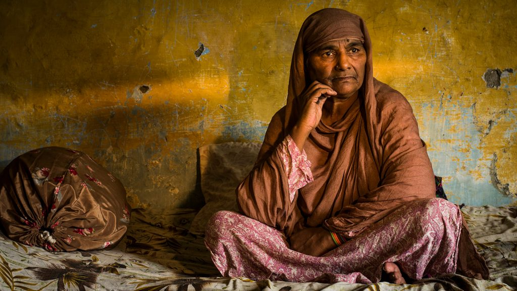 Zamurrad sitter ensam i sitt hem i Pakistan.