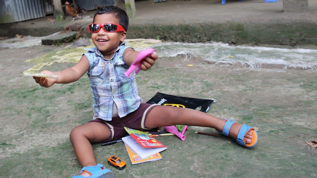 Nadir ler och visar upp sina leksaker.