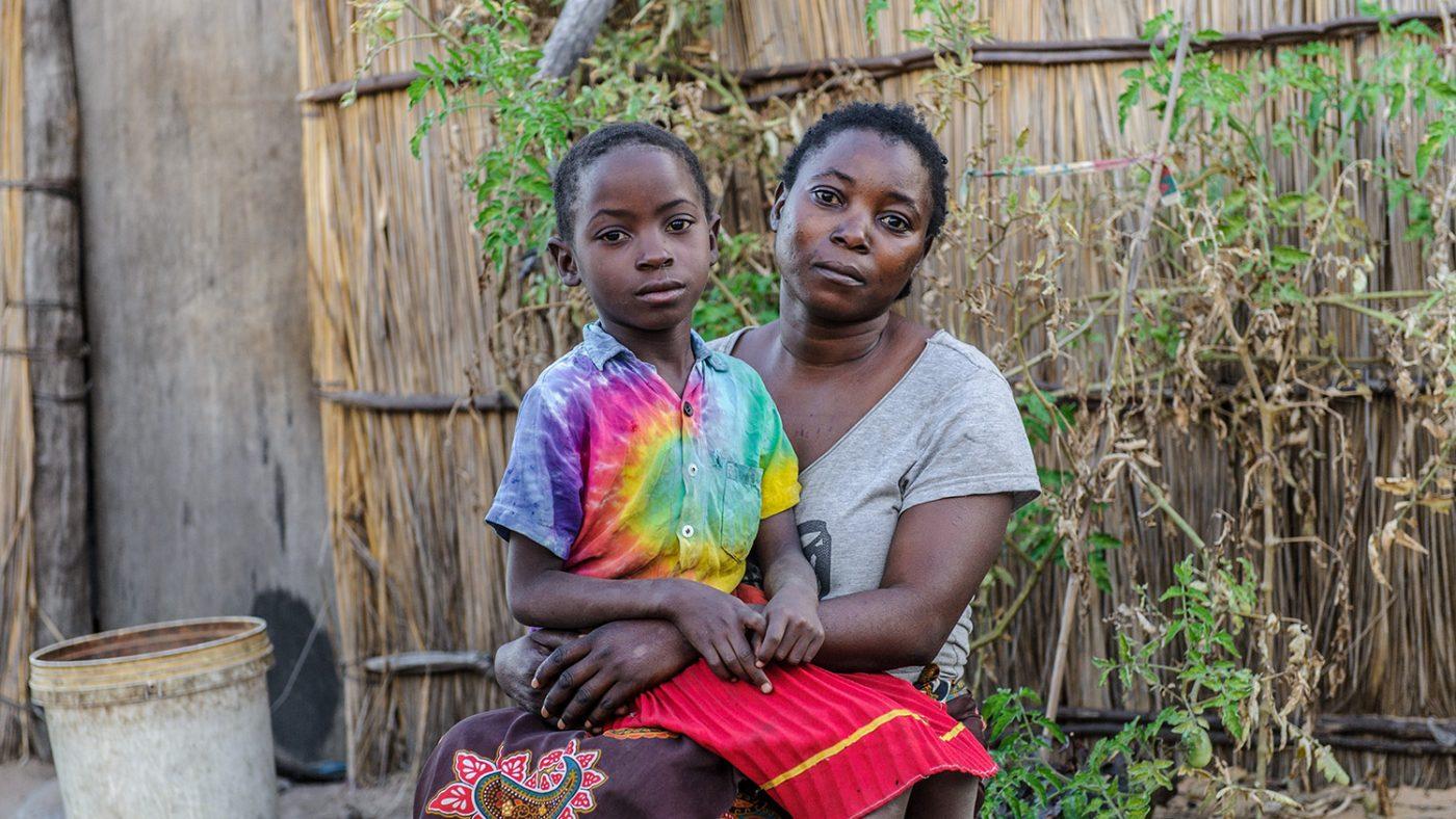 Namukolo sitter i knät på sin mamma.