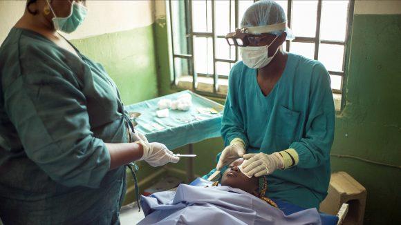 Kirurger opererar en trakompatient.