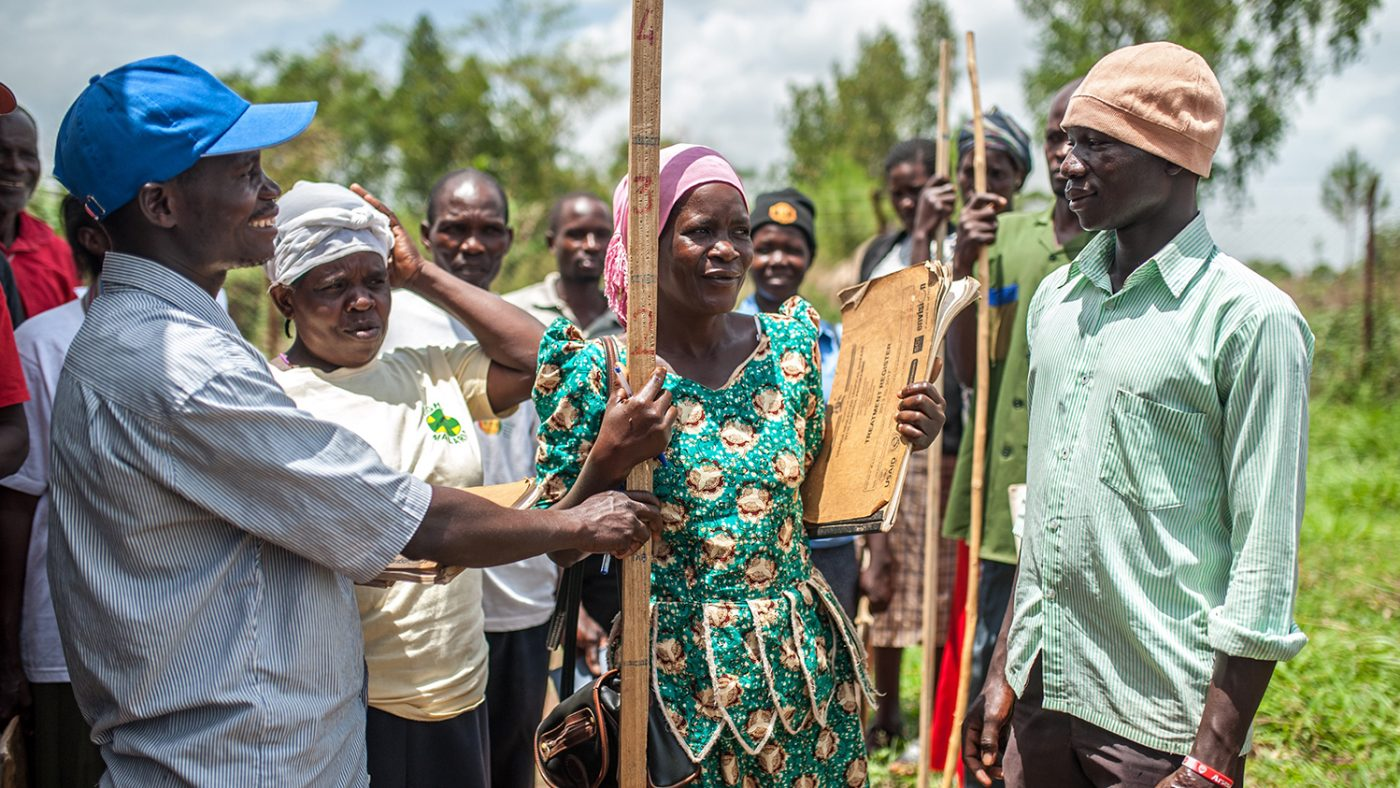 Studenter övar på att använda doseringsstav för att beräkna läkemedelsdoser i Masindi, Uganda.
