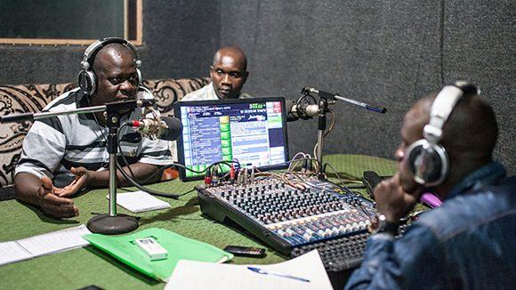 Direktsändning i radio där programledarna diskuterar projektet med massdistribution av läkemedel för att skydda mot försummade tropiska sjukdomar.