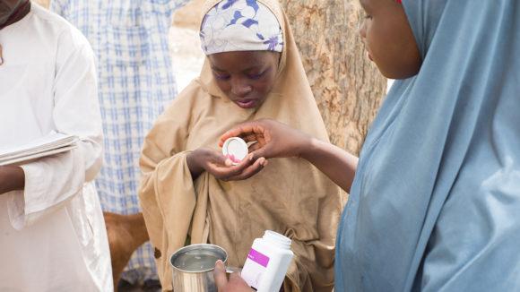 En flicka i Kenya får medicin som skyddar mot flodblindhet och lymfatisk filariasis.