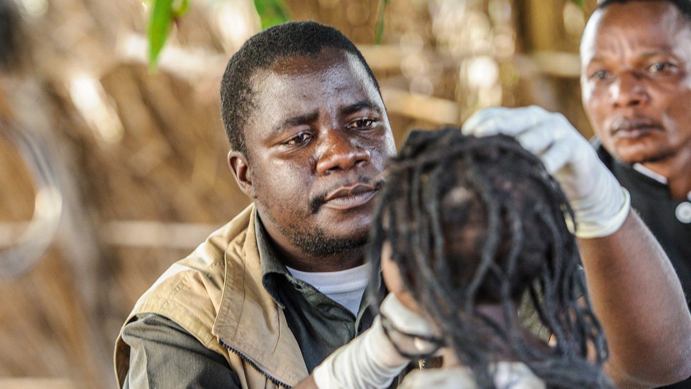Närbild av Mr Ndalela när han undersöker en ung flickas ögon.