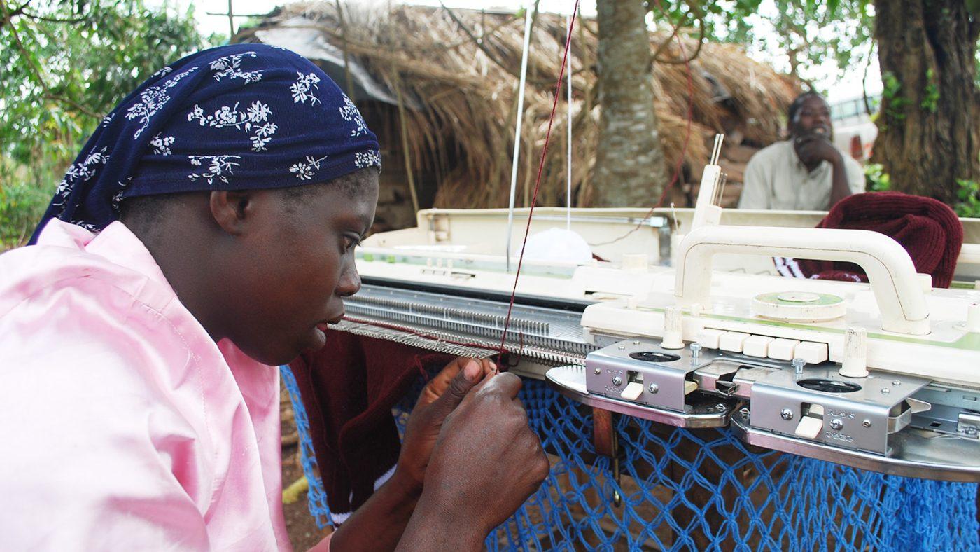Kesimire jobbar med sin stickmaskin.