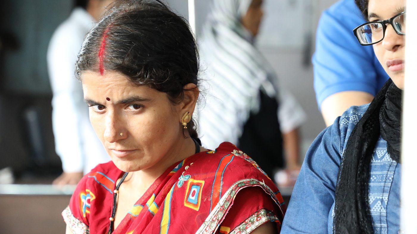 Chandrakala sitter för sig själv, djupt försjunken i tankar.