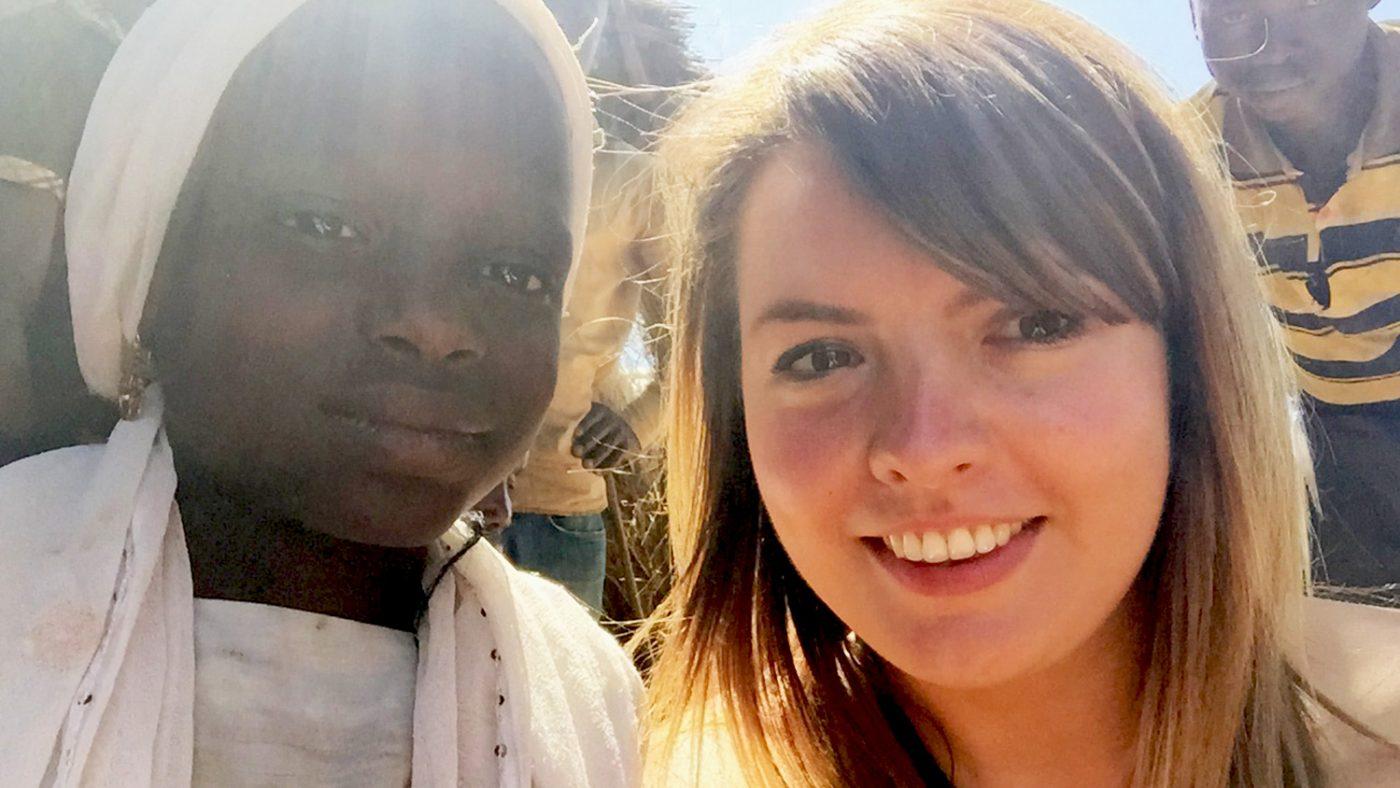 Rebecca tar en selfie med Dorcas i Nigeria.