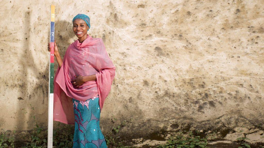 Baraka Ango står med en doseringsstav i Nigeria.