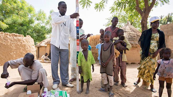 Barn i norra Nigeria väntar på att få medicin genom ett program för massdistribution av läkemedel för att behandla försummade tropiska sjukdomar.