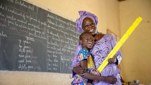 Mafoune från Mali med sin lärare.