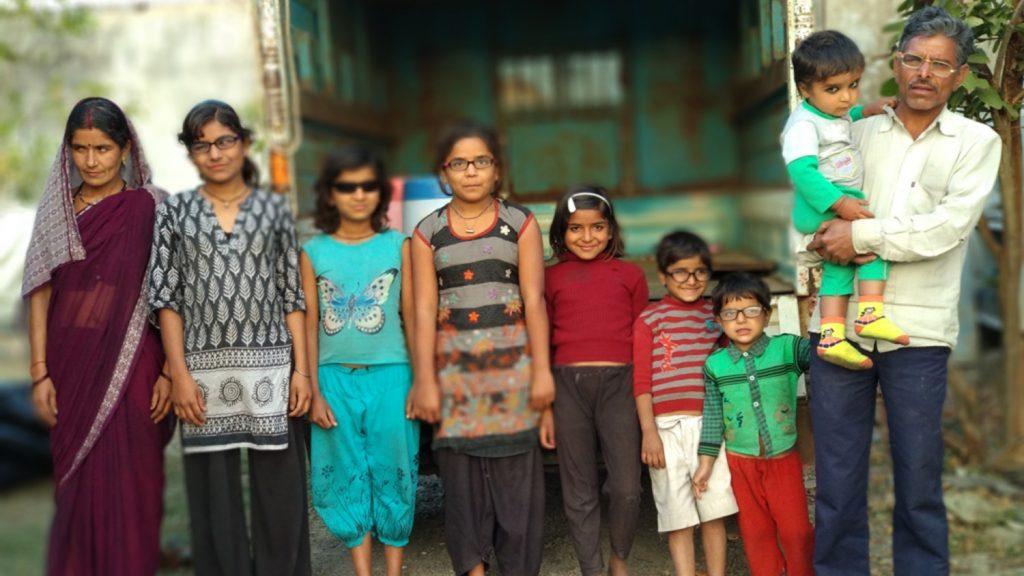 Familjen Yadav står på rad. Efter operationerna bär alla glasögon eller solglasögon.