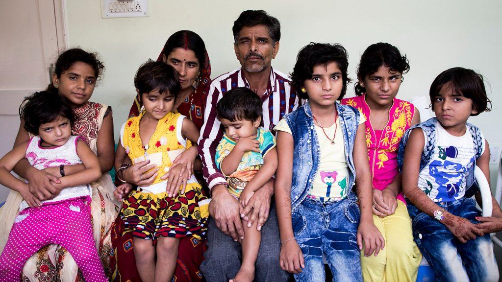Porträtt av hela familjen Yadav.