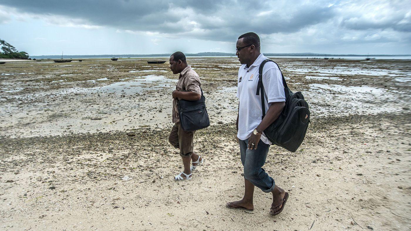 Dr Rajab (till höger) är koordinator för ögonhälsa på Zanzibars hälsodepartement. Här besöker han ön Tumbatu för en dag fylld av ögonundersökningar.