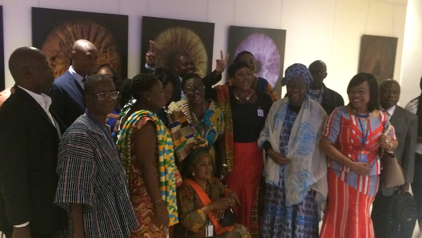 En stor grupp människor från Ghana firar att Gertrude valdes in i kommittén.