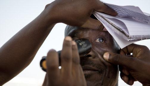 En screening för grå starr i Ghana som stöds av Sightsavers.