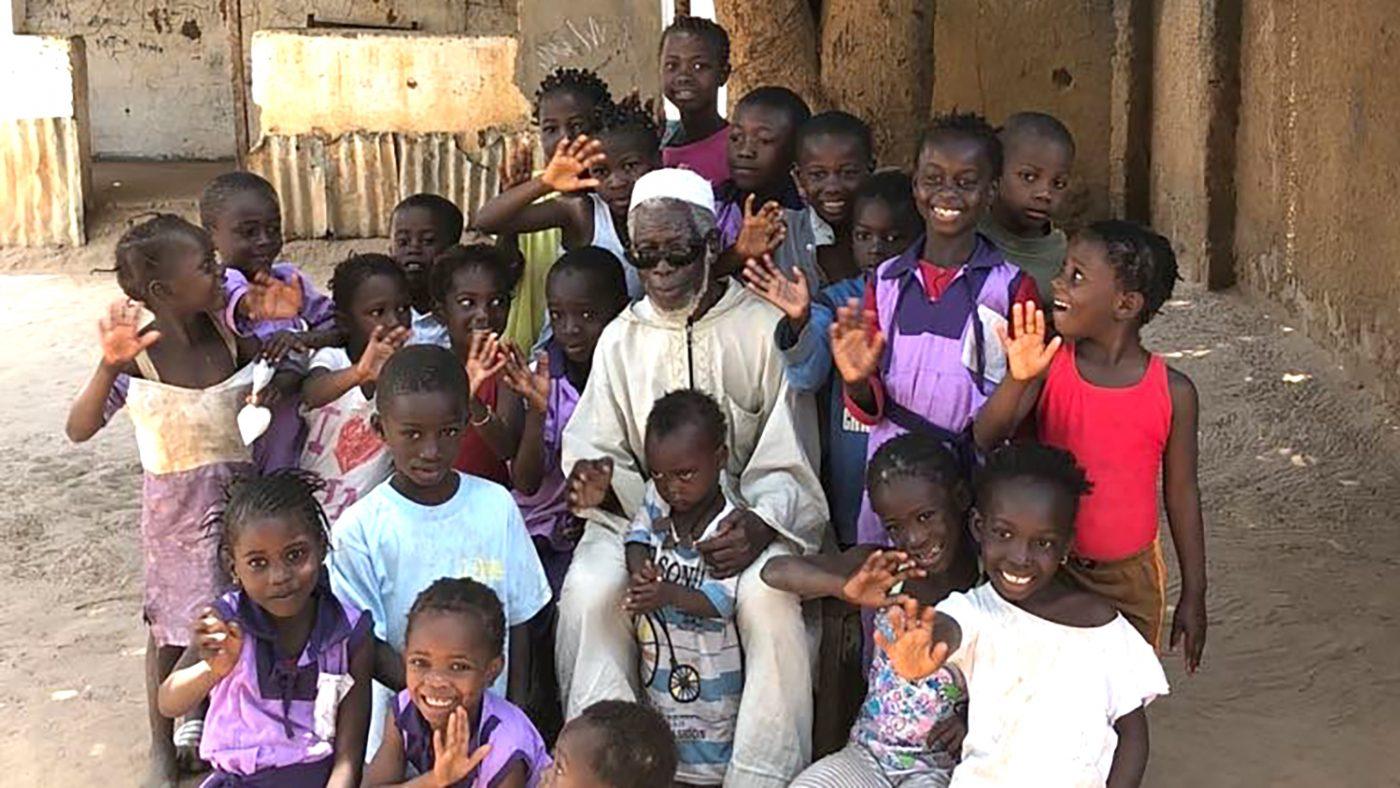 Yaya med några barn i byn.