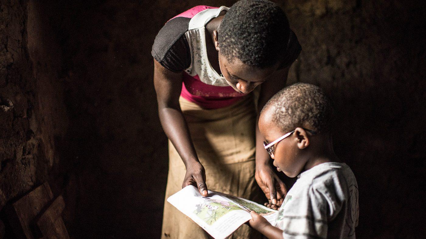 Criscents syster visar honom en av sina läroböcker.