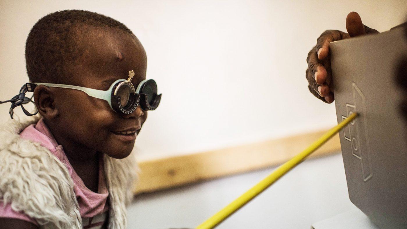 Criscent genomgår en ny synundersökning med sina provisoriska glasögon på.