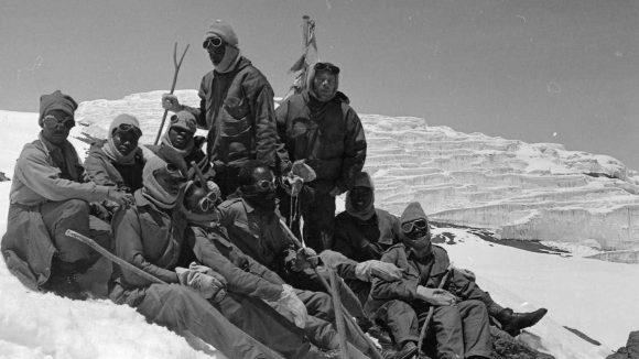 Ett team med klättrare med nedsatt syn vilar efter att ha nått toppen på Kilimanjaro 1969.