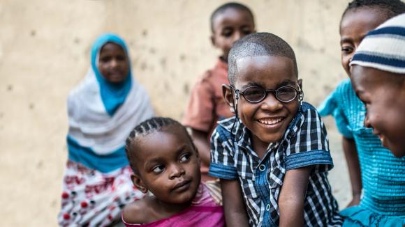Saidi tittar in i kameran och ler brett i sina nya glasögon.