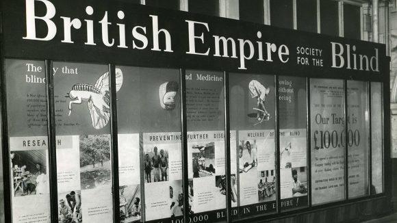 En fotoutställning från 50-talet där man kan läsa Sightsavers ursprungliga namn, The British Empire Society for the Blind.