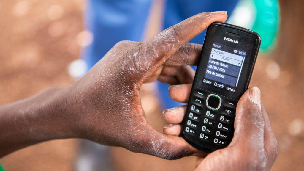 En mobiltelefon som används för att samla in information.