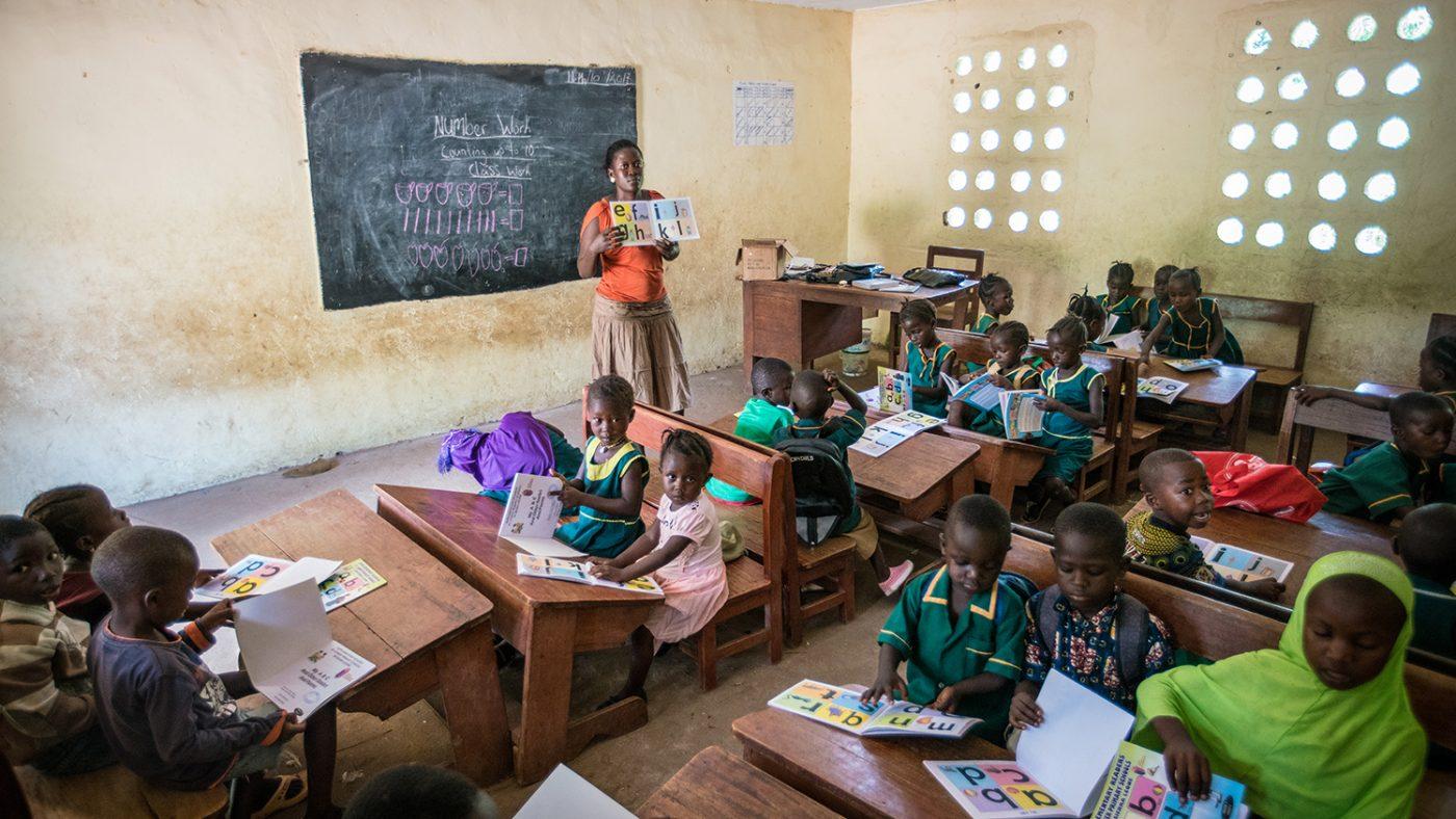 Ett klassrum i låg- och mellanstadieskolan i Gbendembu.