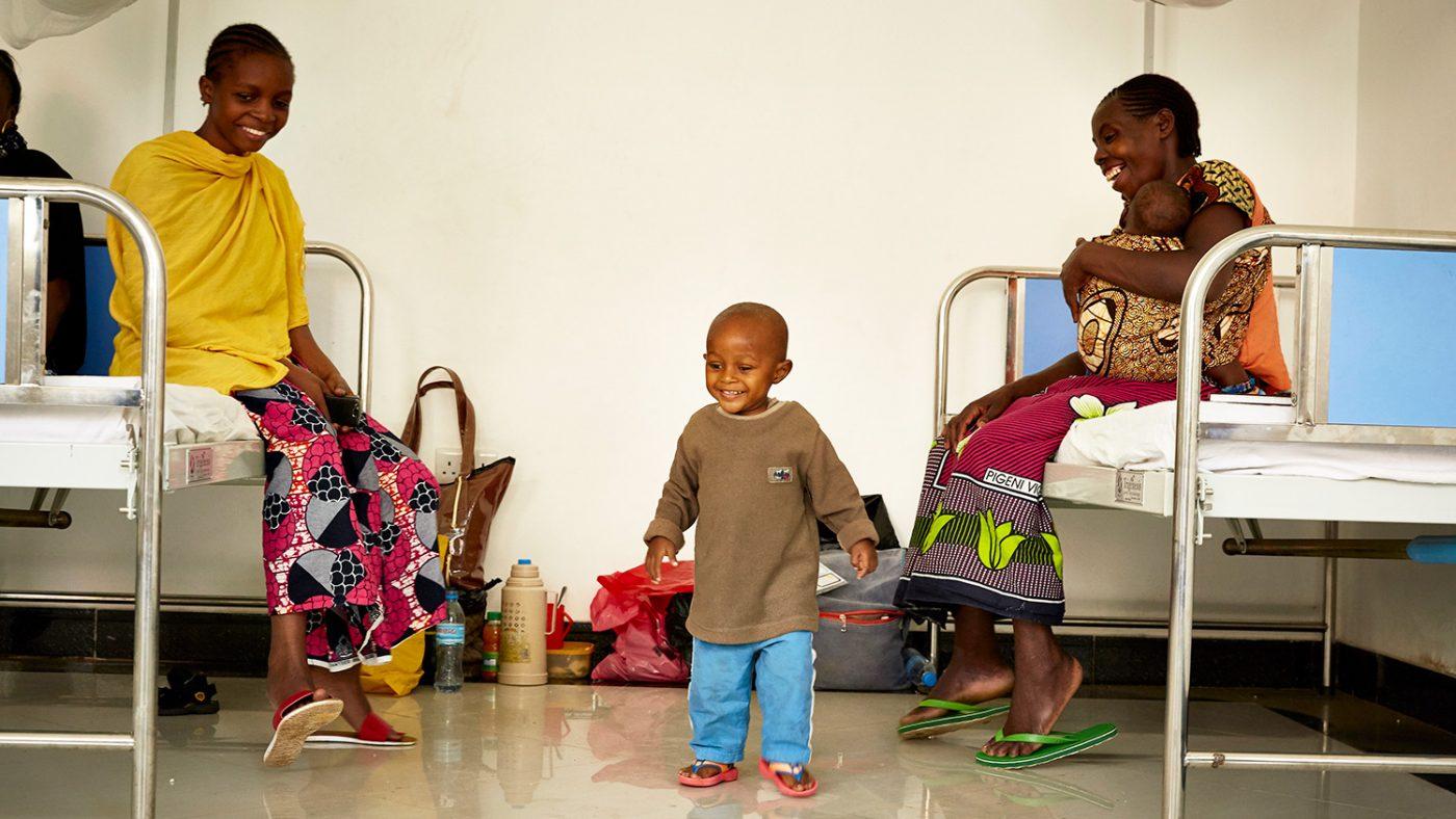 Baraka tar sina först steg efter att ha återhämtat sig från operationen.