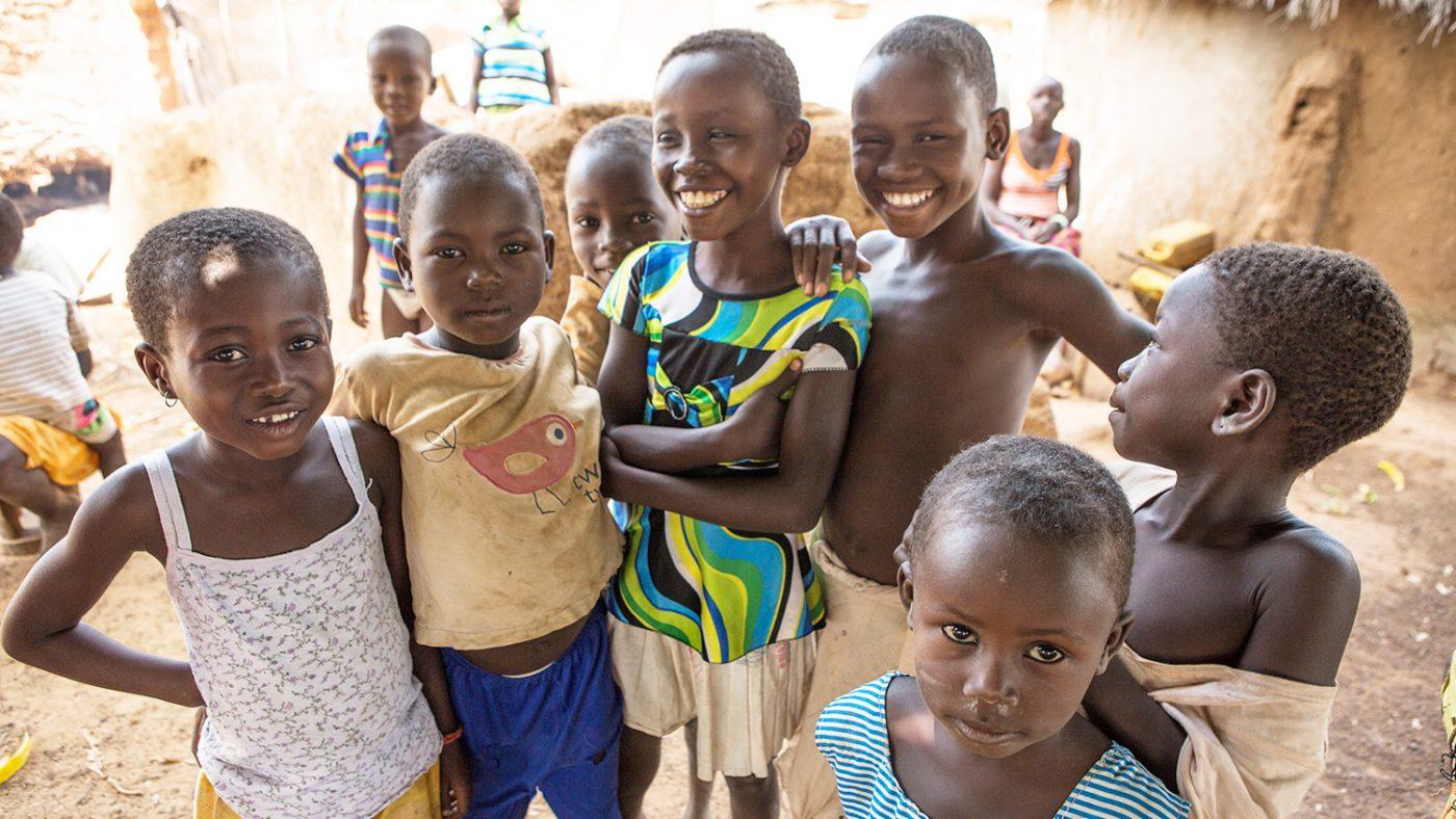 Barn som ler in i kameran efter den sista kampanjen för trakombehandling i Yendi, norra Ghana.