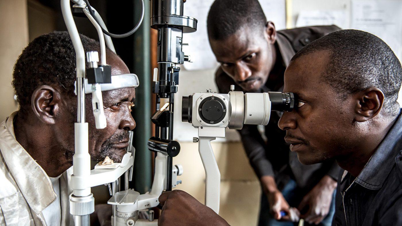 Dr Msukwa undersöker Winesi