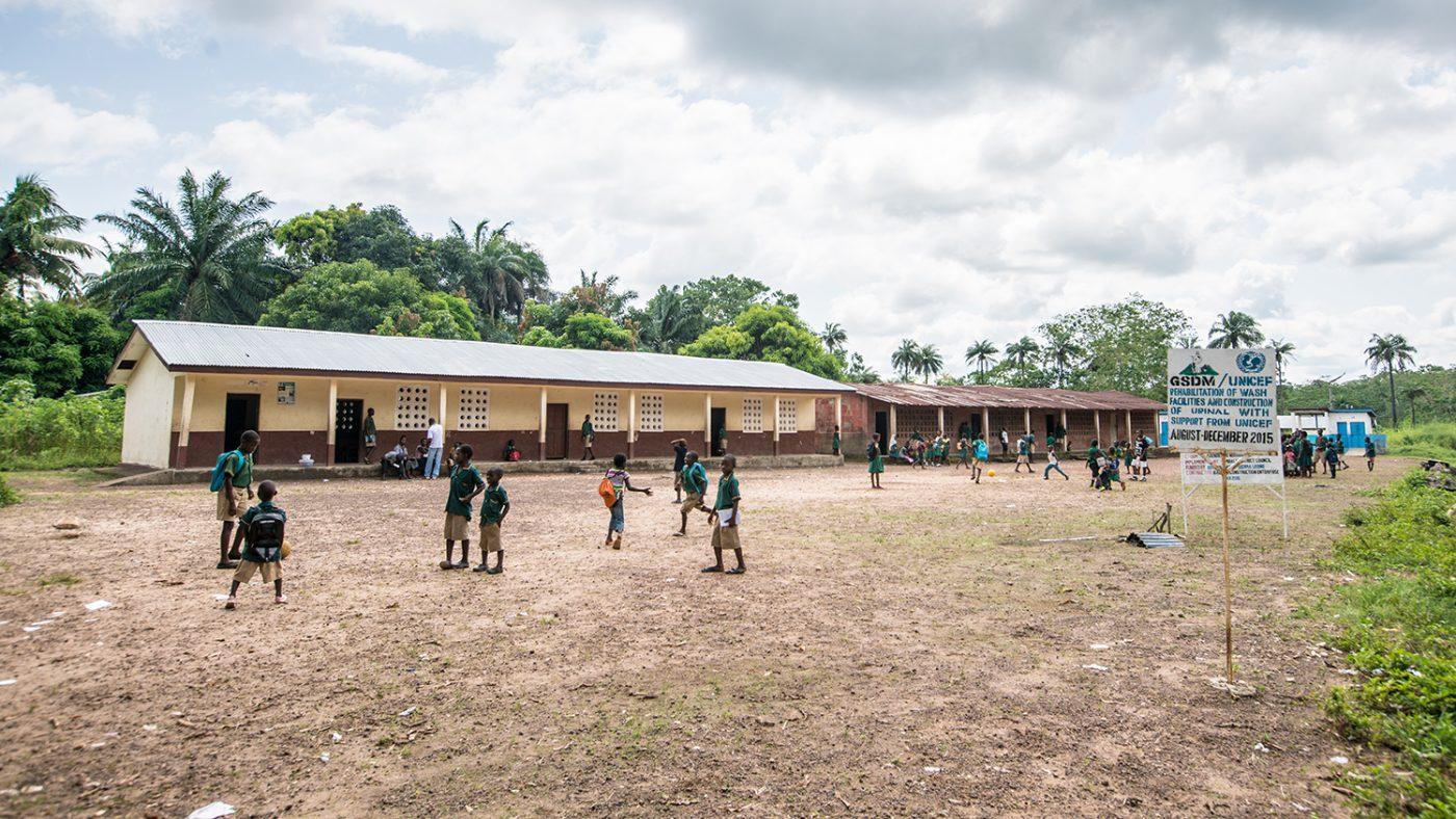 Elever på skolan leker utomhus.