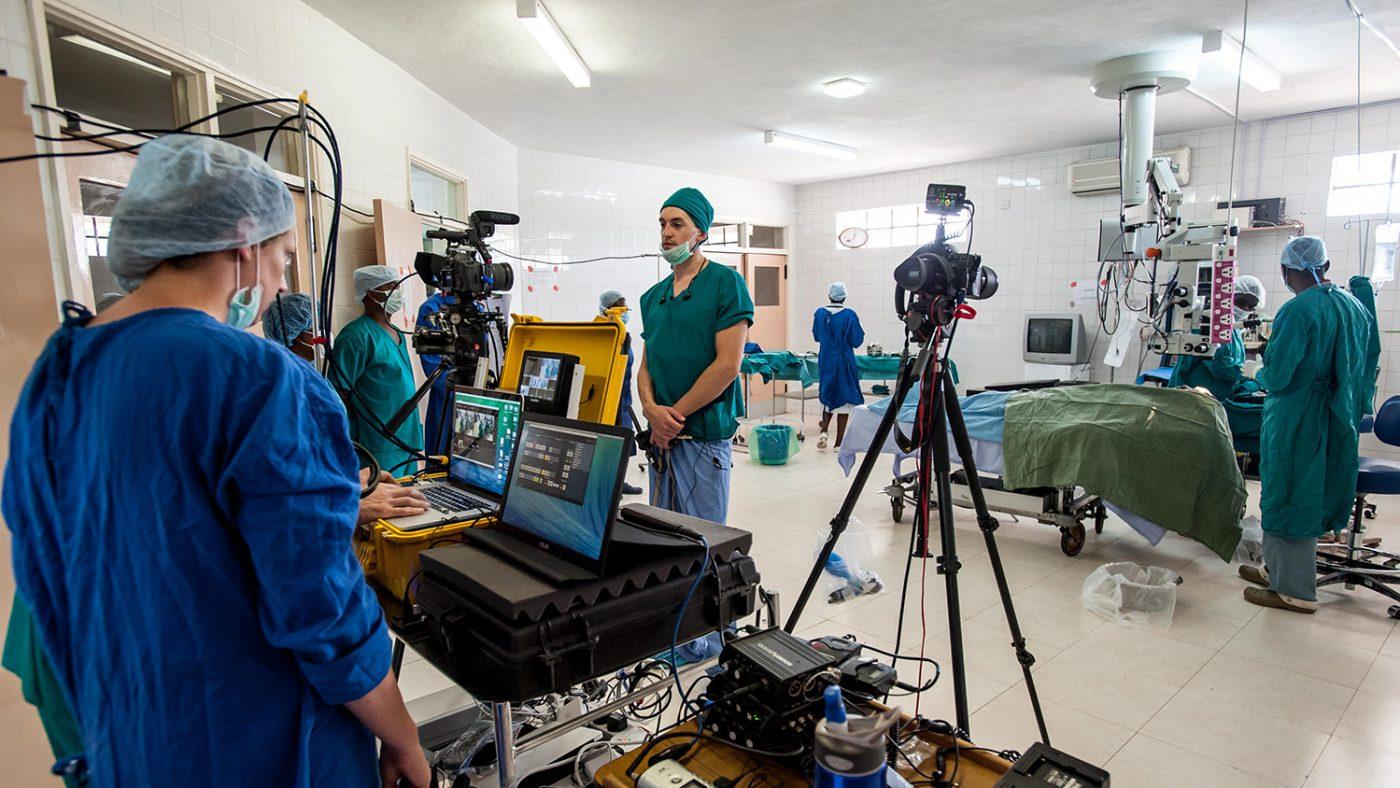 En bild på läkarteamet och operationssalen där Winesi genomgick gråstarrsoperationen.