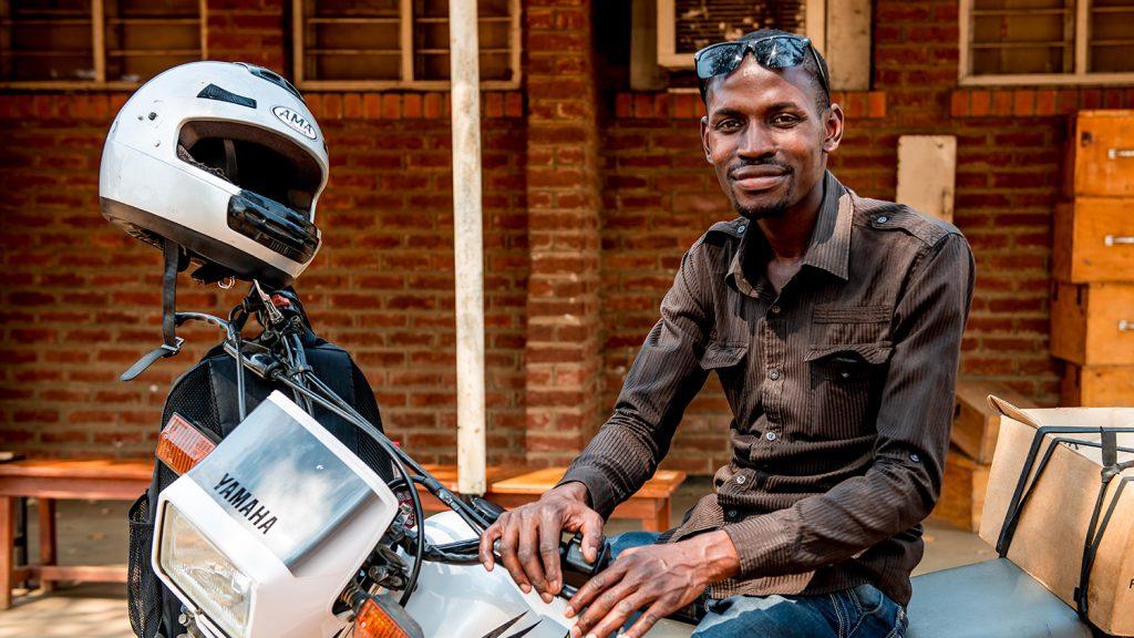 Madalitso Nyangulu sitter på sin motorcykel.