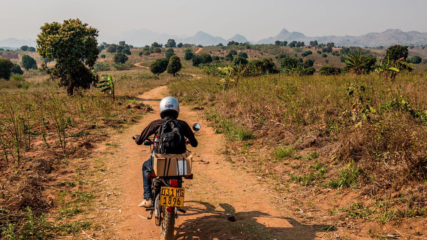 Madalitso Nyangulu kör en motorcykel.