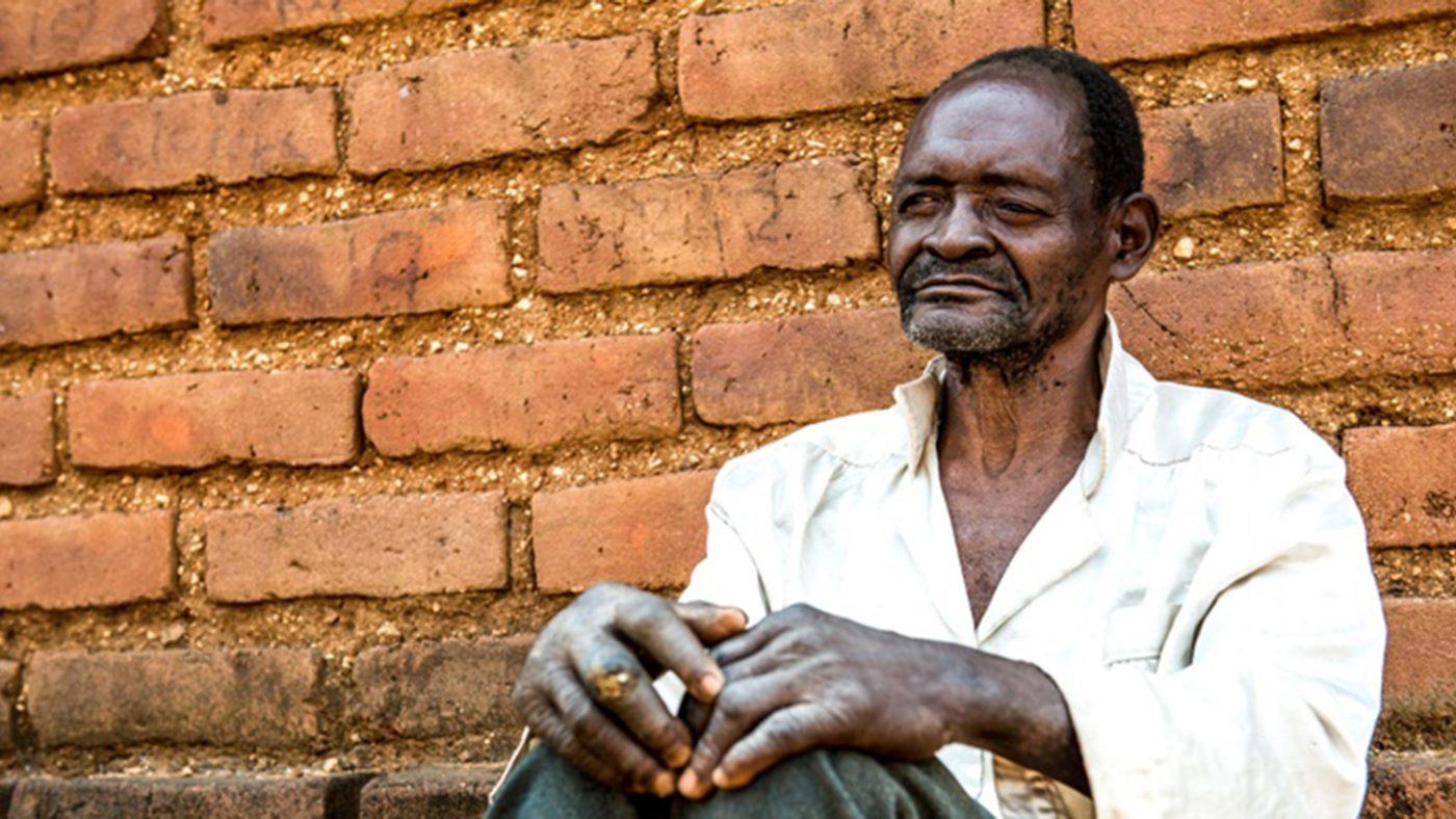 Mr Winesi har bilateral grå starr. Han sitter utanför sitt hus i Mwanza-distriktet.