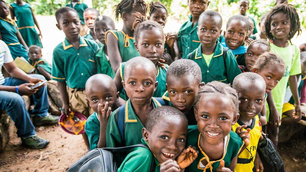 Barn på en skola med inkluderande utbildning i Sierra Leone.