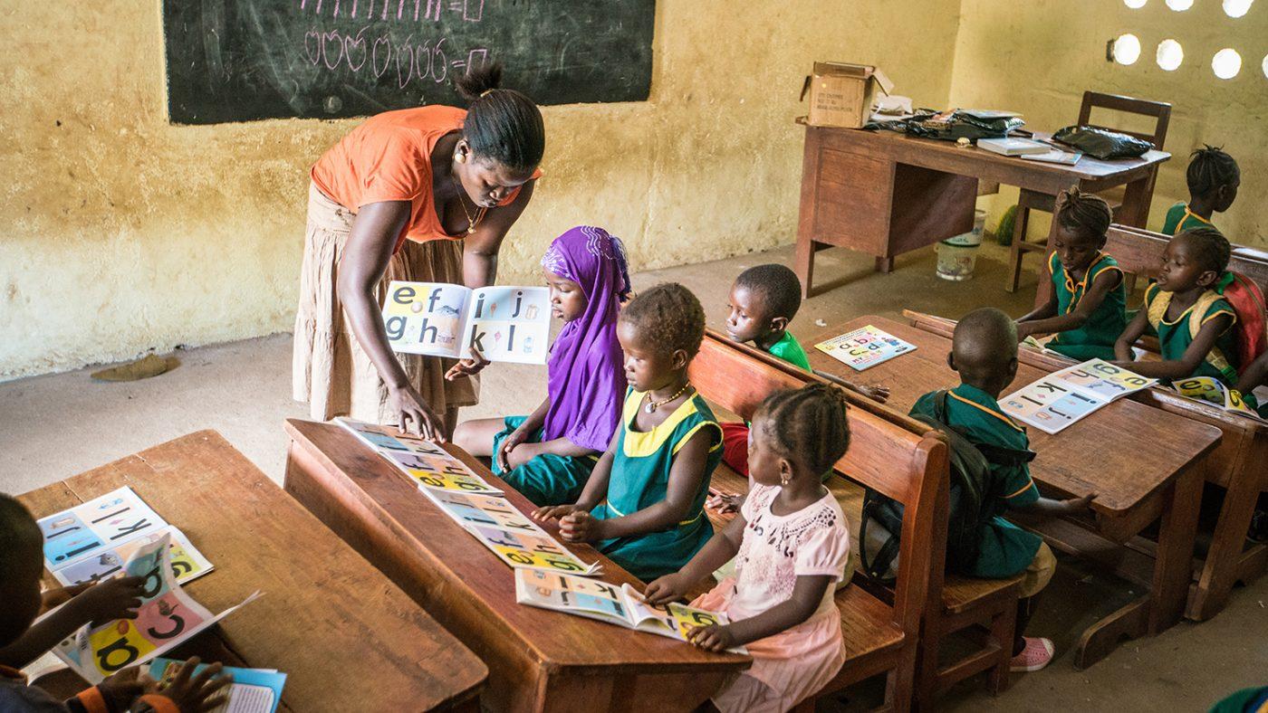 Läraren Hassanatu hjälper barn i Sierra Leone.