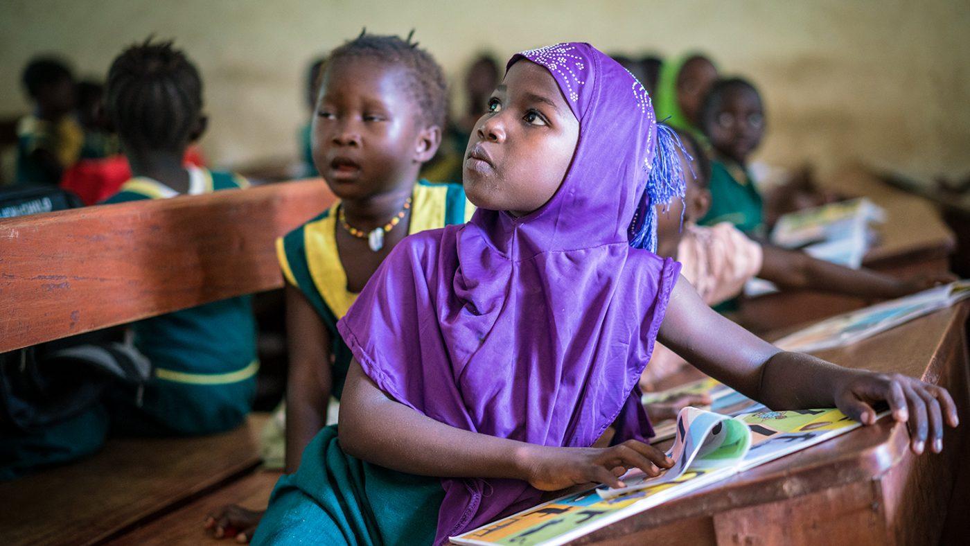 Eleven Hassanatu lyssnar uppmärksamt i klassrummet.