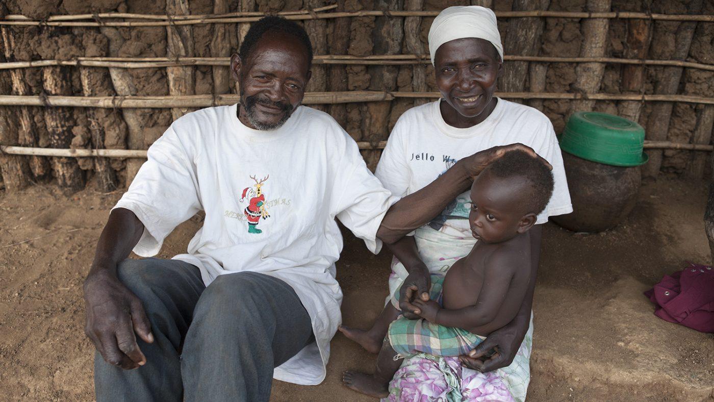 Winesi och hans fru Namaleta sitter hemma med barnbarnet Luka.