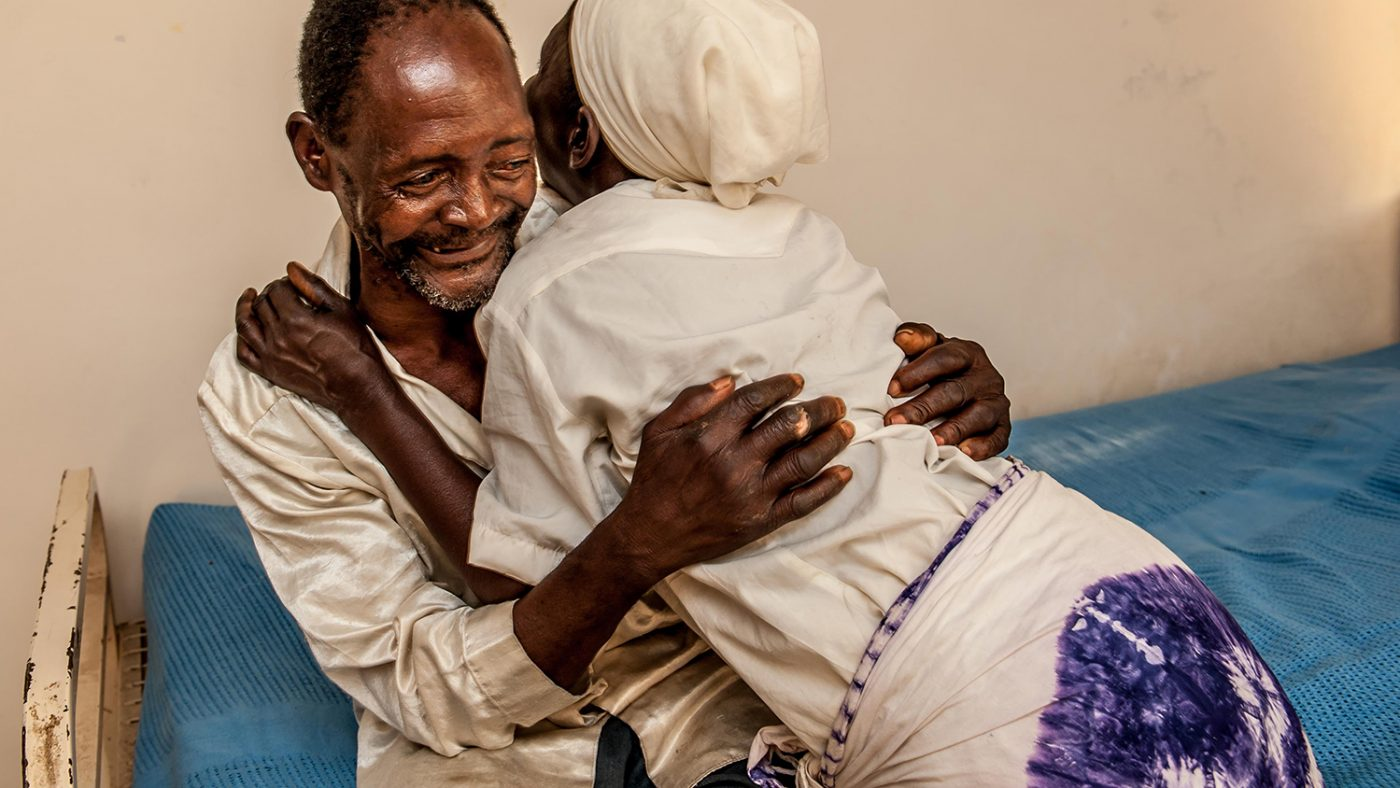 Winesi och hans fru kramas efter operationen