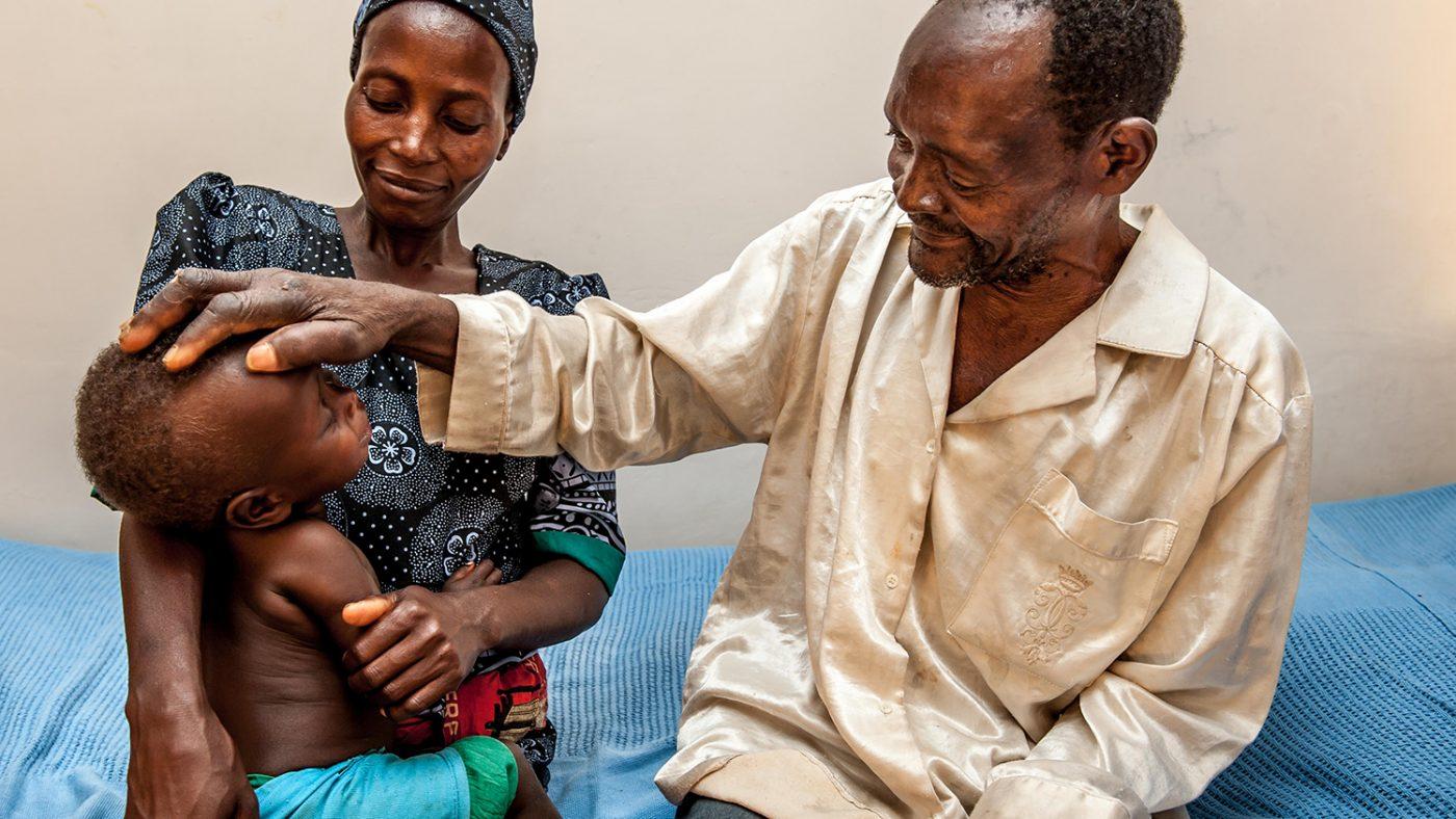 Winesi ser sitt barnbarn Luka för första gången.