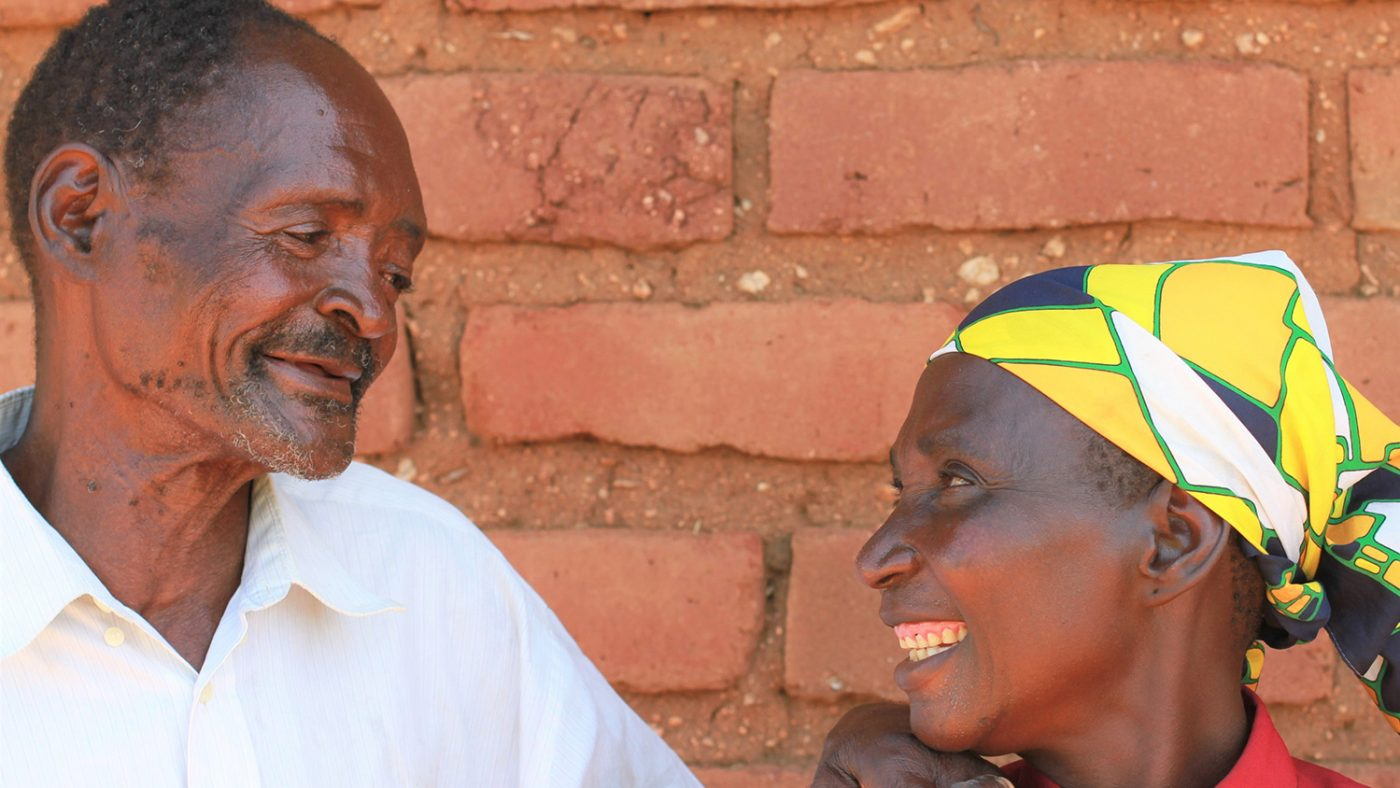 Winesi och hans fru ler mot varandra.