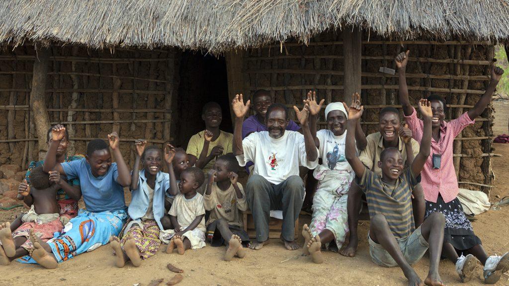 Winesi och hela hans familj jublar utanför ett hus.