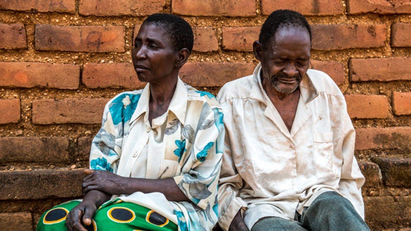 Winesi har grå starr. Här sitter han utanför sitt hem tillsammans med sin fru Namaleta.